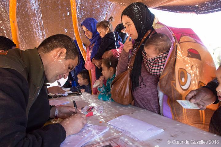 Caravane médicale prodiguant des soins aux populations locales